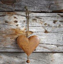 Tegelsticker hartje roest op houten schuur 15x15cm