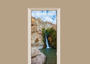 Deursticker waterval tussen de rotsen